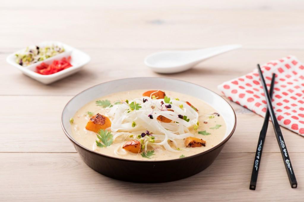 So schmeckt Malaysia im Herbst:  Vegane Laksa-Nudelsuppe mit Ofen-Kürbis